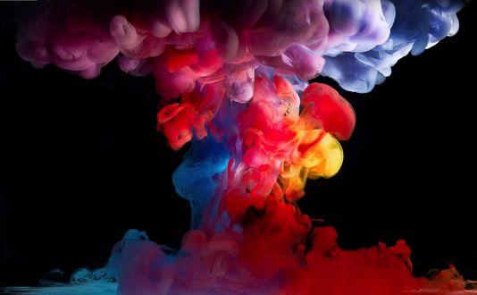 Обои Разноцветный дым на черном фоне