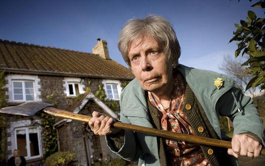 Обои Бабулька с топором защищает свой дом от грабителей