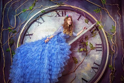 Обои Девушка в голубом платье позирует около больших часов
