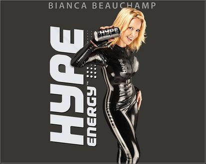 Обои Bianca Beauchamp в черном костюме держит в руке баночку энергетического напитка (Hype energy)