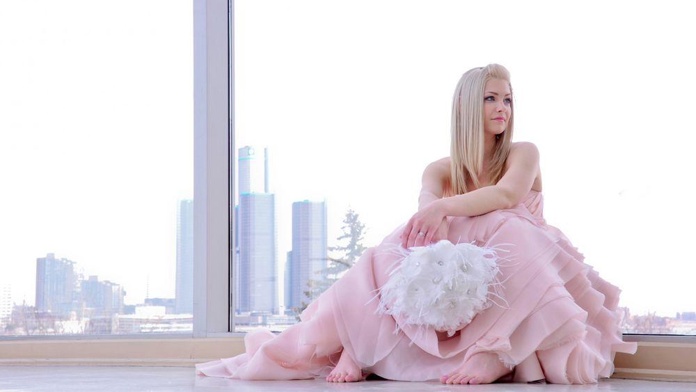 Девушки блондинки в розовом платье