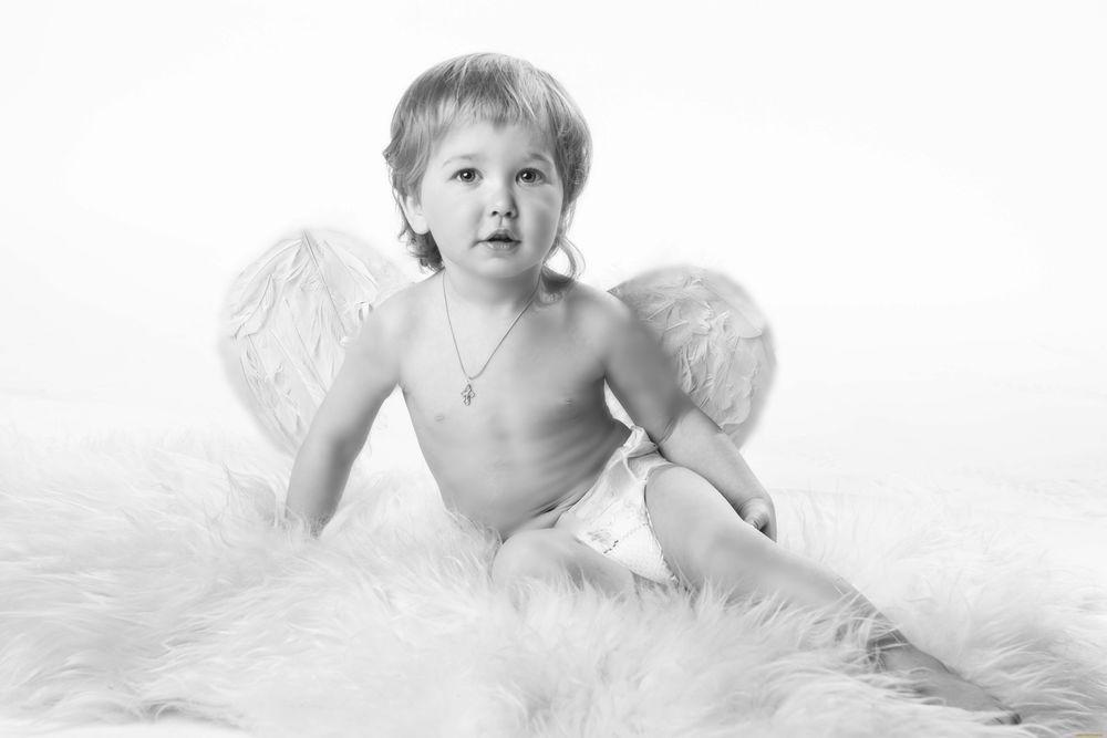 Обои для рабочего стола Мальчик с ангельскими крыльями на белом фоне