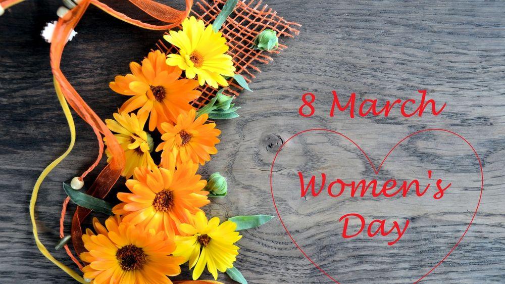 Обои для рабочего стола Желтые герберы на деревянной поверхности (8 march Womens Day)