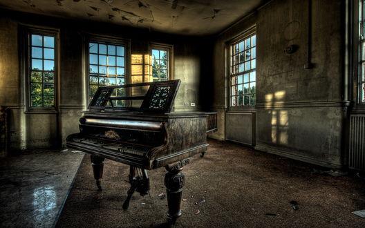Обои Старый, поцарапанный рояль в заброшенной комнате без мебели