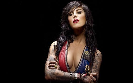 Обои Kat Von D / Кэт Фон Д с татуировками на руках, американский мастер-татуировщик