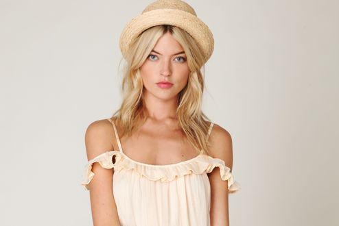 Обои Американская топ-модель Martha Hunt / Марта Хант в легком бежевом платьице и в шляпке
