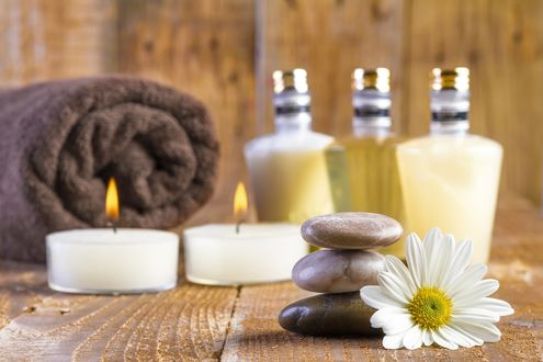 Обои Spa-набор: зажженные свечи, ромашка, камешки, махровое полотенце и ароматические масла