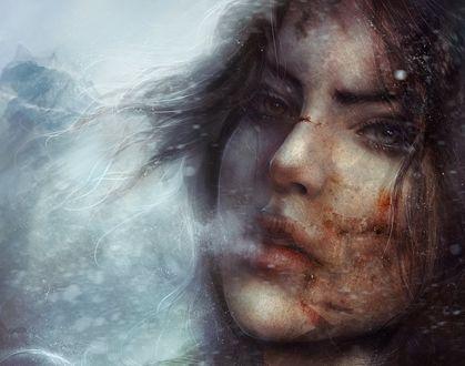 Обои Лара Крофт / Lara Croft с израненным лицом в снежную пургу выдыхает пар, игра Tomb Raider / Расхитительница гробниц