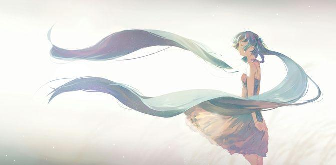 Обои Вокалоид Хатсуне Мику / Vocaloid Hatsune Miku в легком платьице, с длинными развевающимися волосами, стоит на фоне неба, держа руки за спиной