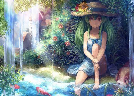 Обои Анимешная девочка с длинными зелеными волосами и карими глазами, в легком голубом платьице и соломенной шляпе, сидит у ручья в цветущем саду, рядом лежит собака