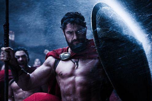 Обои Царь Леонид из кинофильма 300 Спартанцев закрывается щитом от брызг воды