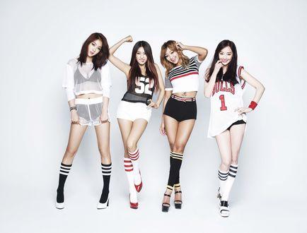 Обои Девушки из группы Sistar позируют в спортивных нарядах на сером фоне, k-pop, Южная Корея