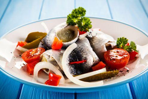 Обои Тарелка с селедкой, с маринованными огурчиками, помидорами, луком и зеленью, стоит на синих досках