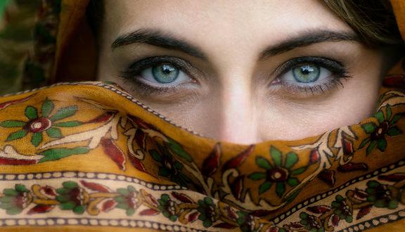 Обои Девушка с красивыми зелеными глазами в хиджабе с цветочным узором, ву Florian Pascual