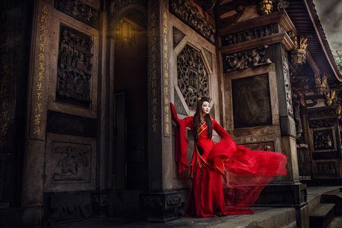 Обои Азиатка в красном платье позирует в старом храме