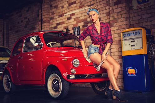 Обои Девушка в пинап / Pin Up стиле сидит на капоте красной машины, с разводным ключом в руке (Standard)