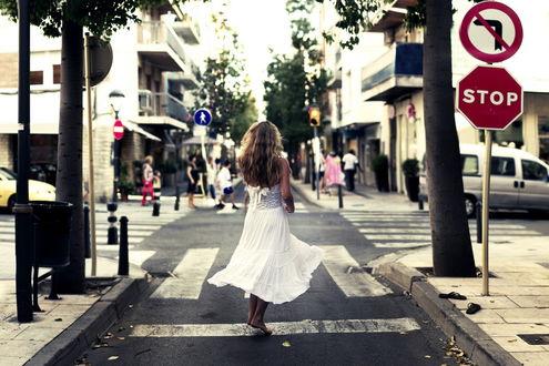 Обои Девушка танцует босиком на дороге, рядом с дорожными знаками STOP / Стоп и Поворот налево запрещен