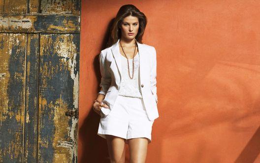 Обои Супермодель Изабели Фонтана / Isabeli Fontana в белой одежде на фоне оранжевой стены
