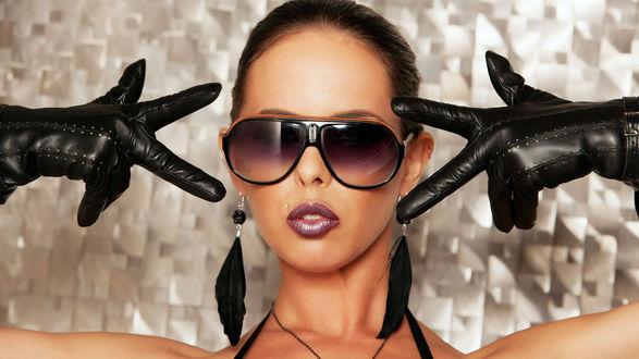 Обои Brandy Aniston / Бренди Энистон в темных очках, кожаных перчатках и сережках из черных перьев