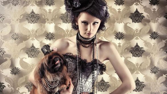 Обои Дама с собачкой в шляпке и с бусами на шее, на фоне обоев с темными цветами