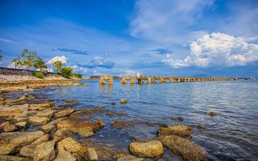 Обои Разрушенный пирс на берегу моря