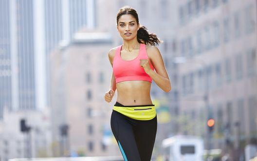 Обои Модель Shanina Shaik / Шанина Шейк на пробежке по городу