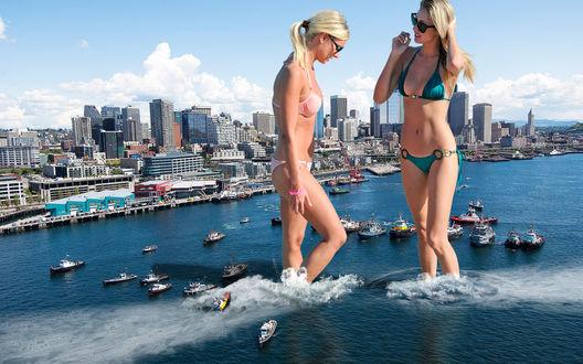 Обои Девушки-великаны в купальниках разгоняют корабли, стоя по щиколотку в море, возле большого города