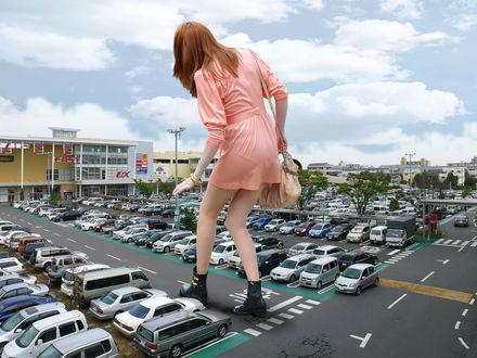 Обои Девушка-великан на японской автостоянке