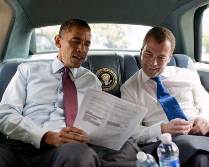 Обои Президент США / USA Барак Обама / Barack Obama и Премьер-министр России - Дмитрий Медведев, обсуждают дела в лимузине