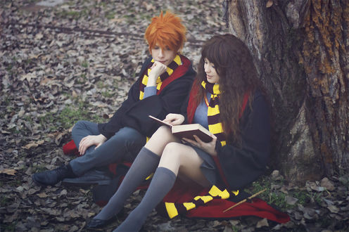 Обои Косплей Рон Уизли / Ronald Weasley и Гермиона Грейнджер / Hermione Granger из фильма Гарри Поттер / Harry Potter сидят под деревом на осенней листве