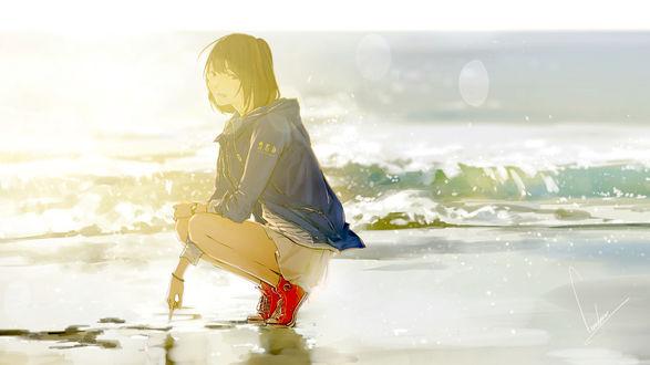 Обои Девушка в лучах солнца на морском берегу, сидя на корточках, рисует пальцем на мокром песке и улыбаясь сквозь слезы смотрит на зрителя / GIRLS DONT CRY by loundraw