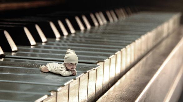Обои Задумчивый малыш лежит на клавишах фортепиано, фотограф Олег Богданов
