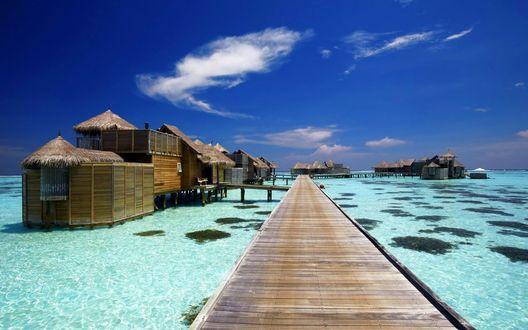 Обои Бунгало в голубом море, к которым ведет деревянный мост, Мальдивы / Maldives
