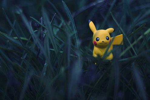 Обои Игрушка Пикачу / Pikachu из аниме Покемон / Pokemon в траве