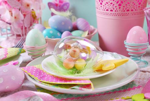 Обои Пасхальная сервировка, игушечная овечка в прозрачном яйце на тарелке с салфеткой