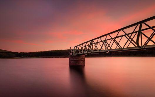 Обои Мост в заливе на фоне розового неба