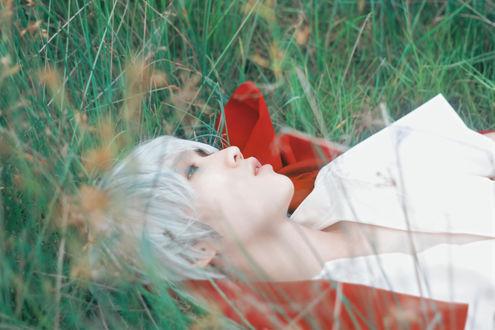 Обои Белокурый парень лежит в траве / Inside Grassland by Crimson-Shad, модель Ying Huang