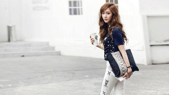 Обои Южно-корейская певица, участница группы Girls Generation / SNSD, Джессика / Jessica спешит куда-то со стаканчиком кофе в руках
