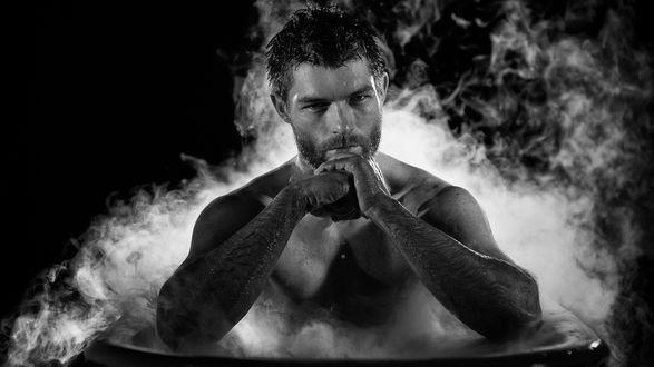 Обои Красивый мужчина сидит в ванне, вокруг него пар, spartacus
