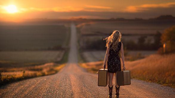Обои Девушка с двумя чемоданами стоит на дороге и смотрит вдаль
