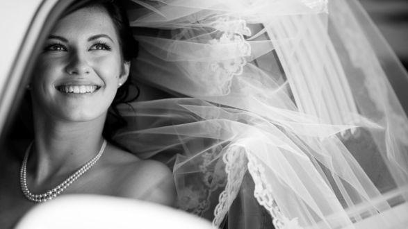 Обои Счастливая невеста улыбается из окна машины