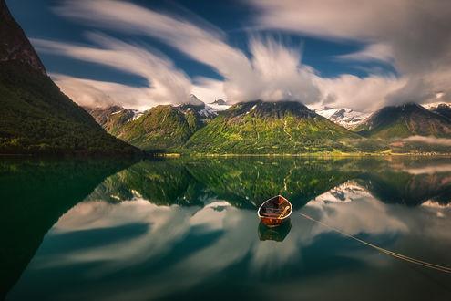 Обои Лодка дрейфует на воде в окружении красивых гор, фотограф Pawel Kucharski