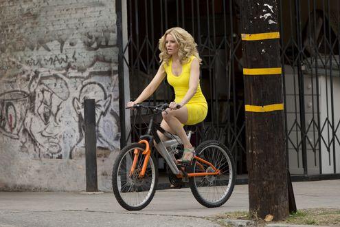 Обои Блондинка в желтом платье на велосипеде едет по дороге, актриса Elizabeth Banks