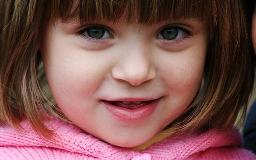 Обои Маленькая девочка в розовой кофточке