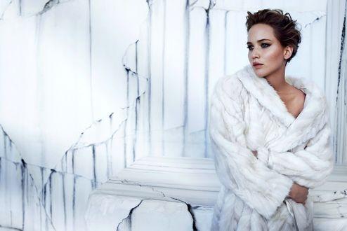 Обои Дженифер Лоуренс / Jennifer Lawrence с короткой стрижкой стоит в белой шубе у белой стены с трещинами