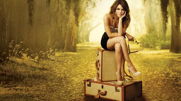Обои Rachel Bilson / Рэйчел Билсон со стетоскопом в руке сидит на чемоданах, фильм Hart of Dixie / Сердце Дикси