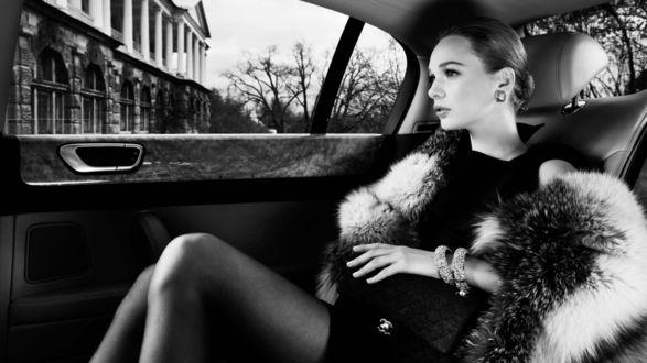 Обои Девушка в меховой накидке сидит в машине, и смотрит в окно