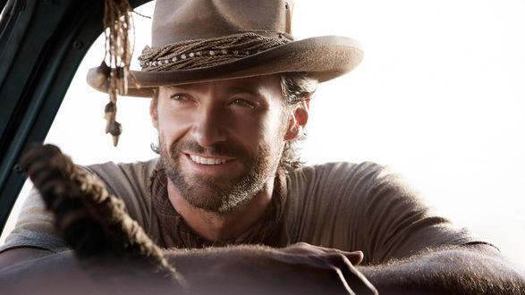 Обои Красивый мужчина в шляпе заглядывает в салон автомобиля, облокотившись на дверцу авто, актер Hugh Jackman (Хью Джекман)