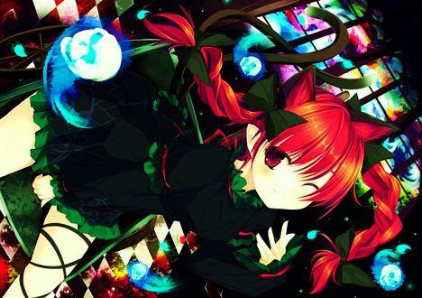 Обои Подмигивающая Komeiji Satori / Сатори Комейдзи занимается магией на фоне витража, из серии компьютерных игр Touhou Project / Проект «Восток»