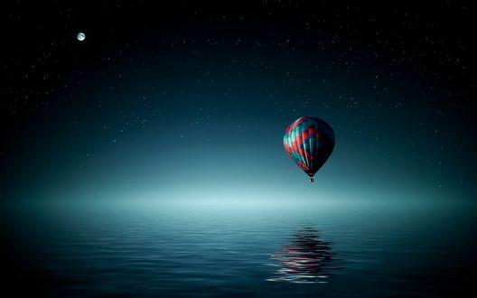 Обои Пролетающий над морем воздушный шар, на фоне луны в небе